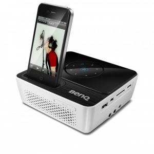 iPhoneドック搭載 BenQが200ルーメンの高輝度LEDミニプロジェクター『GP2』を発売