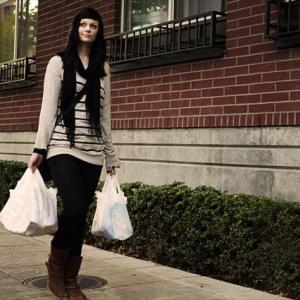 一石二鳥のリサイクル?ポリ袋をベッドマットに変えてホームレスに寄付する「Bag Lady」