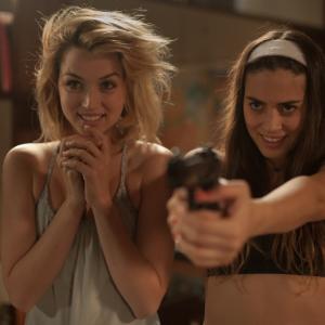 キアヌ・リーヴスが美女2人にフルボッコ! 本年度最強サイコスリラー『ノック・ノック』
