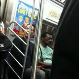 電車の中で女性に席を譲るキアヌ・リーヴス そんな場面が盗撮され『YouTube』にアップされる