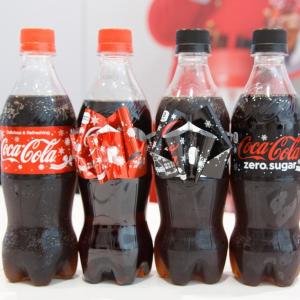 【クリスマス】「考えた人、天才」とネットで話題の『コカ・コーラ』リボンボトルはいかにして生まれたのか