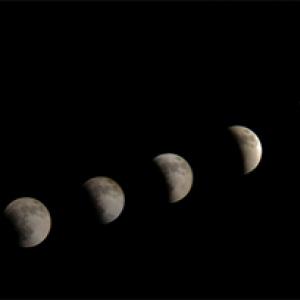 皆既月食! 天体望遠鏡に『iPhone』を取りつけて撮影したリアルタイム中継の一部始終