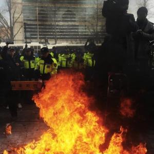 【韓国海洋警察殺害】ソウルで過激デモ 「報復!」と中国国旗を燃やすなどの行為