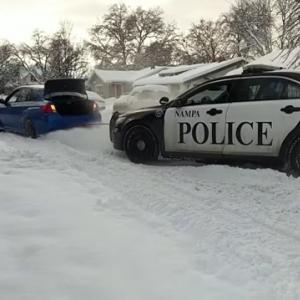 【動画】スバルWRXが雪で立ち往生のパトカーを救助! 「トランプに見せてやれ」の声も