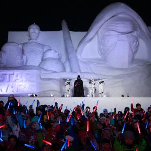 『スター・ウォーズ』の巨大雪像が完成! ダース・ベイダーが白いカイロ・レンを視察【第68回さっぽろ雪まつり】