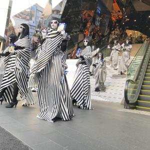 表参道に黒と白の謎のモノクロガールが出現! 近づいてみると持っていたのは『オレオ』!?