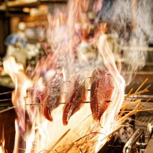 新鮮な鰹を目の前で焼き上げる! 『藁焼き鰹たたき明神丸』@西新宿【レストランボード活用繁盛飲食店】[PR]
