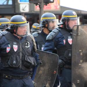 【現地ルポ】パリの広場で警官隊と中国系デモ隊が衝突 負傷した警官に「歓声」