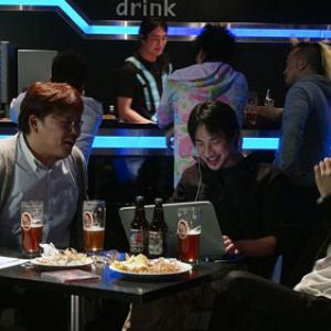 ひろゆき大いに酔っ払う。 一方、ZUN氏は余裕の飲みっぷり。 酒と共に語られた『超会議特番 東方project編』放送。