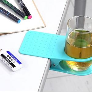 カップをひっくり返す心配なし! 机上のスペースを広くする『クリップ式ボトルホルダー』