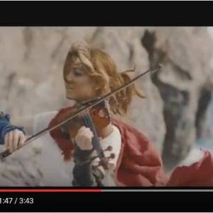 """""""踊るバイオリニスト""""のリンジー・スターリングが新作動画を公開 新作ゲーム『RiME』の主人公になりきる"""