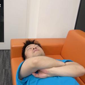オサダさんが会社の入り口近くで寝ていた(ガジェ通の日常)