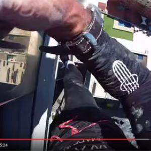 【動画】素手でビルを登るスパイダーマンの一人称視点映像 下を見るのやめてー!
