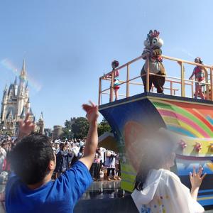 【動画】ミッキーと仲間達がカワイイ〜のに容赦ない!『ディズニー夏祭り』でびしょ濡れ