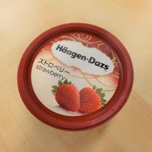 【コンビニアイス全レビュー】ハーゲンダッツ『ストロベリー』 クリーミーなアイスと甘酸っぱい果肉で華やかな味わい!