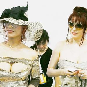 【C92】叶姉妹がゴージャスなドレスでサークル参加! 待機列がハンパなかった