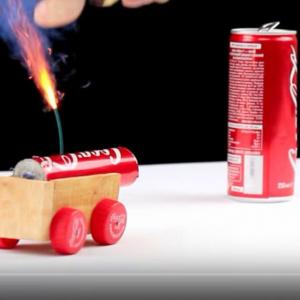 """【世界のYouTuber】砲弾を飛ばす""""コカ・コーラ""""の豆大砲! 身近な材料から意外なものを製作するDIYチャンネル『The Q』"""