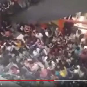 激安ハンバーガーを求めるフィリピンの群衆がパニック映画のワンシーンにしか見えない