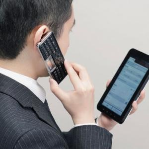 画面を見ながらスマホで話せる! エレコムが受話器になるBluetoothキーボードを発売