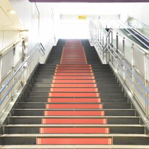 【電車にまつわる豆知識】京王線・調布駅構内はシネマ風って知ってる? レッドカーペットを歩けるよ!