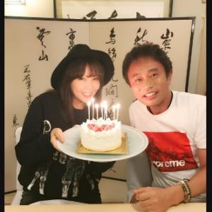 浜田雅功さん&小川菜摘さん波乱乗り越え結婚28周年! ブログでラブラブ2ショット公開お披露目