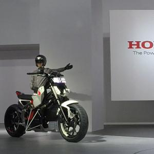 【東京モーターショー2017】バイクが自立するアシスト技術 ホンダが『Honda Riding Assist-e』コンセプトモデルを出展