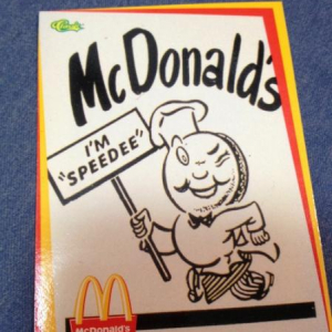 マクドナルドの謎のトレーディングカードがカオス過ぎる! 見たこと無いキャラ『スピーディー』が目立ち過ぎ