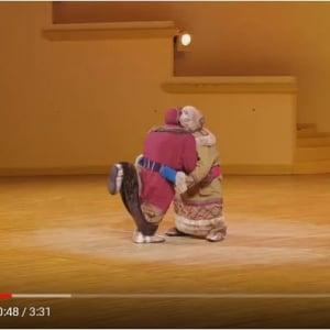 2人の子供が取っ組み合いしてるように見えません? 実は1人のバレエダンサーによるパフォーマンスです