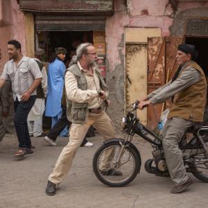 おや ニコラス・ケイジの様子がおかしい…… 日本刀片手にいざパキスタン! 映画『オレの獲物はビンラディン』珍道中写真