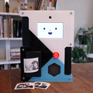 『Raspberry Pi SelfieBot』 子供なら1時間くらい手放さずに写真撮りまくりそうなカメラ