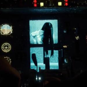 """コックピットに""""サマラ""""出現!? 『ザ・リング/リバース』呪いのビデオが飛行機をハイジャックする本編映像[ホラー通信]"""