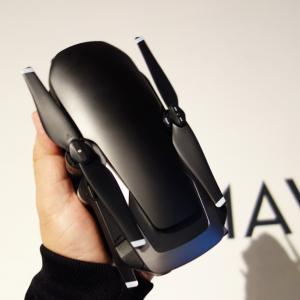 DJIが折りたたむとスマホサイズになるコンパクトドローン『MAVIC AIR』を発表 ジェスチャー操作の進化と安全性の向上にも注目