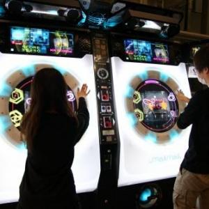 【超会議】セガが7月に稼働させる「踊ってみた」ゲーム『maimai』の実機が『ニコニコ超会議』に登場 プレイ動画のアップが可能