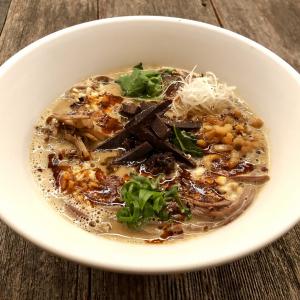 カカオを練り込んだ麺を鶏白湯スープ+豆乳クリームでいただく『チョコ担々麺』