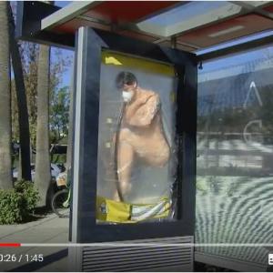 バス停のリアルすぎるマネキン広告 正体はNetflix『オルタード・カーボン』の広告
