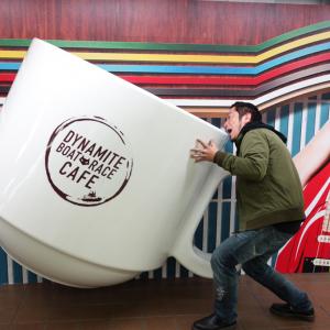 新宿メトロプロムナードに巨大立体カフェメニューのフォトスポット出現! 『ボトジェニックキャンペーン』では写真をこう撮ろう