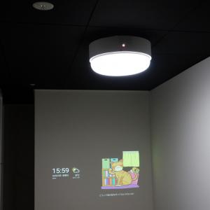 プロジェクタ―+スピーカーで寝室の壁にコンテンツを投射するスマートシーリングライト『popIn Aladdin』の量産試作機がお披露目 さらに薄型化目指す