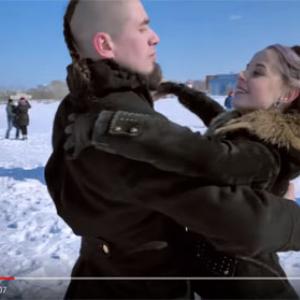 動画:ワルツで不正選挙に抗議? ロシアのカップルたちが氷上でにこやかにダンス