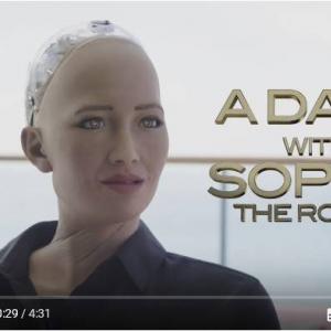ウィル・スミスがヒト型ロボット『ソフィア(Sophia)』を口説こうとしたらなんかヘンな空気になっちゃった