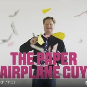 ギネス世界記録保持者のジョン・コリンズにかかれば紙飛行機も自由自在