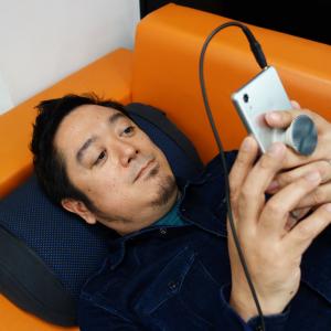 寝転びながら耳元で音楽を体感 『きびだんご』でクラウドファンディングを開始したクッション型スピーカー『HUMU』レビュー