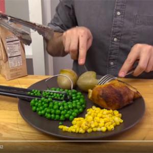 動画:究極の無駄遣い! ほどよいタイミングで食後のデザートを運んでくるピタゴラ装置を作ってみた