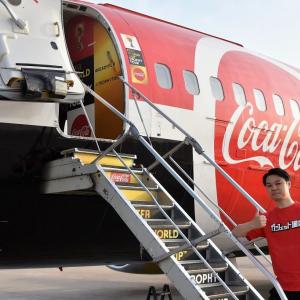 サッカーW杯トロフィーを運ぶチャーター便に奇跡の潜入 機内は長旅大歓迎の幸せ空間だった!