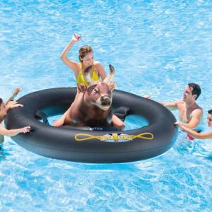 インスタ映え:今年のナイトプールはロデオ気分を満喫できる浮き輪『InflataBULL』で決まり!