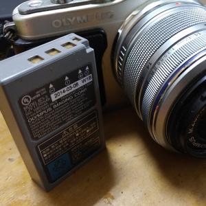 「キュンとした」「大切に使いたくなる」 『メルカリ』で買ったカメラバッテリーに手紙が添えられていた話がやさしい世界