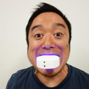 ハンズフリーで歯磨きできるマウスピース型電動歯ブラシ『V-WHITE』レビュー 新モデルは『Makuake』で2000万円以上の支援を獲得