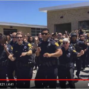 """口パクパフォーマンスを見ないと逮捕しちゃうぞ! 『YouTube』の""""リップ・シンク・チャレンジ""""が全米の警察官に大流行中"""