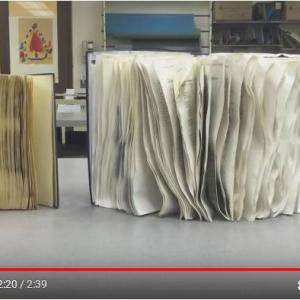 シラキュース大学図書館のプロのテクニック 濡れた本をキレイにするライフハック