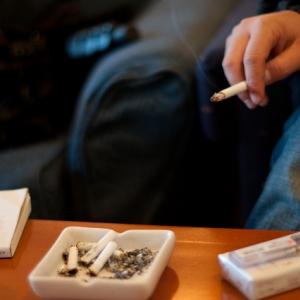 妊娠中の女性の前で「気にしないから」と煙草を吸う上司に批判続出!? 「パワハラ」「自分もされた」