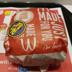 ビーフパティが3枚! 驚異のボリューム マクドナルドの期間限定「月光バーガー」を食べてみた